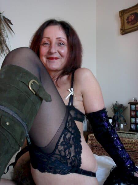 Femme infidèle sexy dominatrice pour gars qui obéit