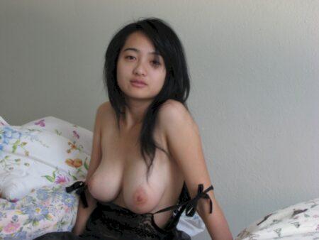 Femme libertine asiatique de Levallois-Perret qui est seule